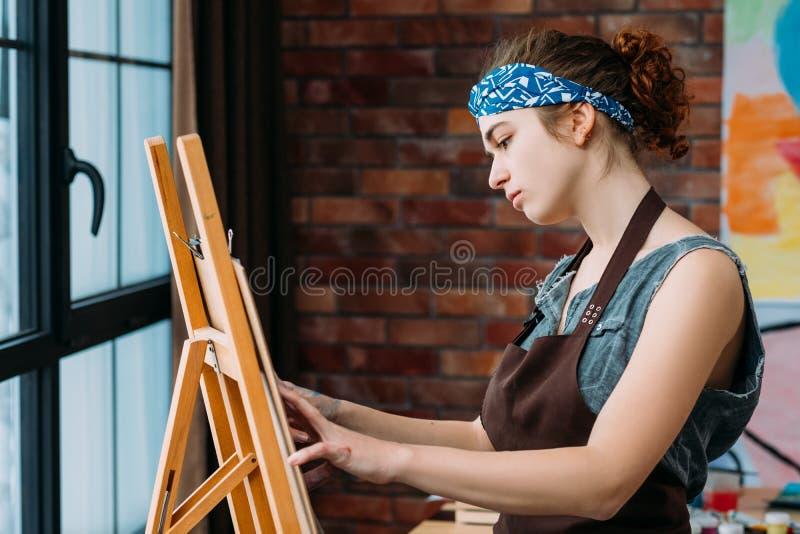 Pintura creativa del caballete del artista de las habilidades del talento imagen de archivo
