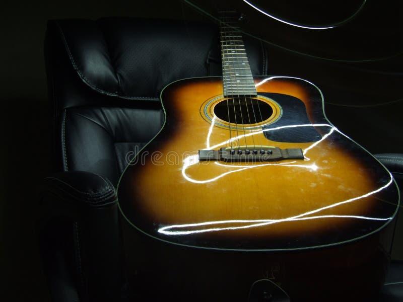 Pintura da luz da guitarra acústica fotografia de stock