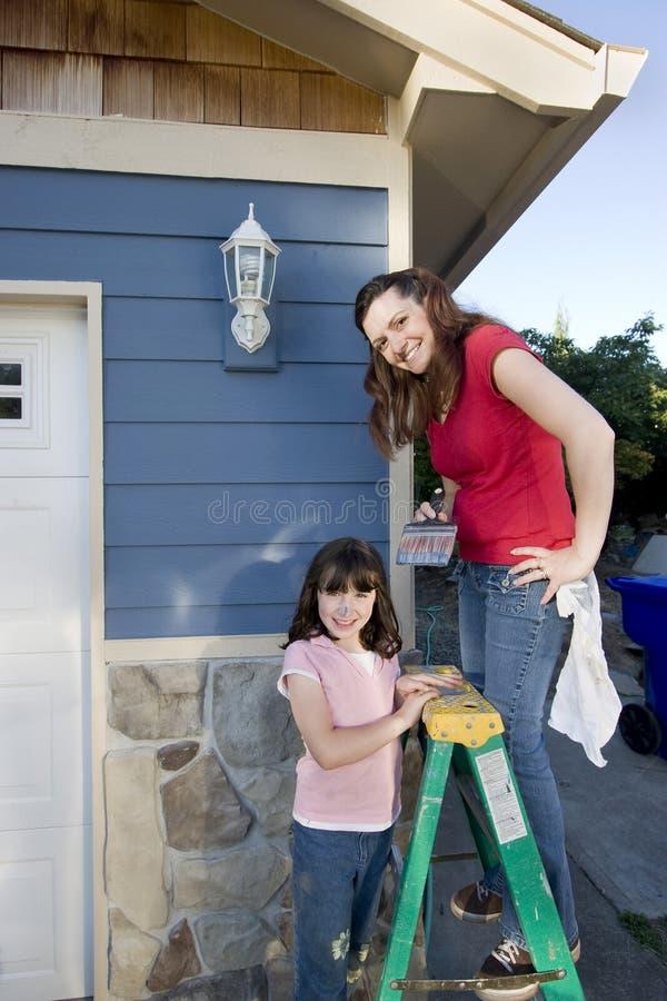 Pintura da mamã e da filha - vertical fotografia de stock royalty free