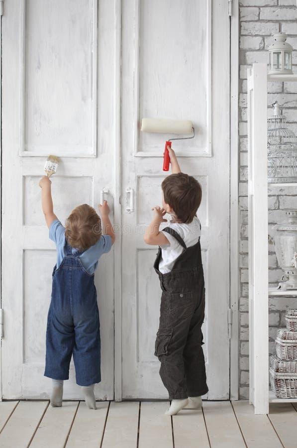 A pintura das crianças fotos de stock