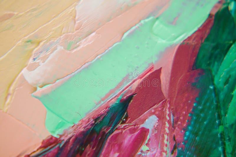 A pintura de óleo na lona é escrita pela faca de paleta Close up de uma pintura pela faca do óleo e de paleta na lona imagens de stock