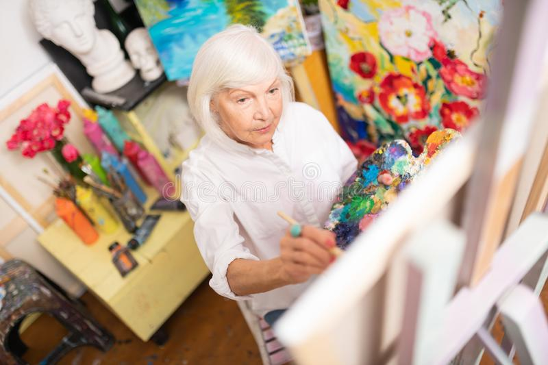 Pintura de amor aposentada da mulher que colore sua imagem fotos de stock royalty free