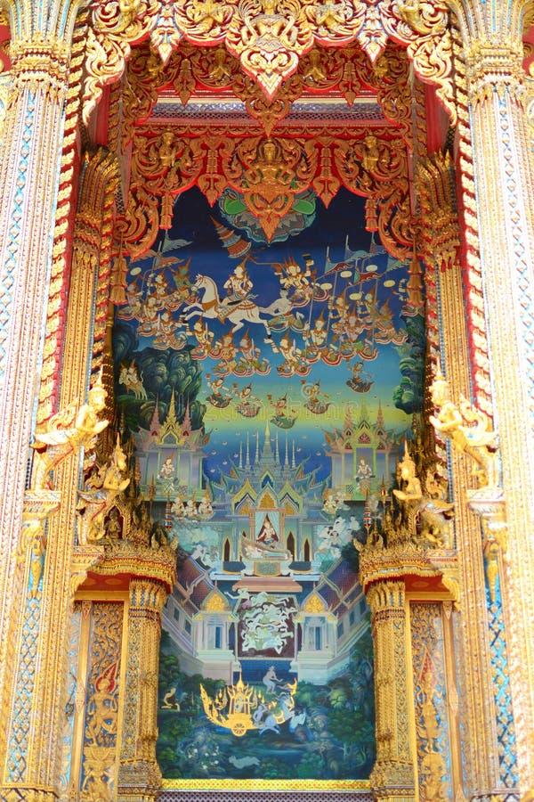 Pintura de Buddha na parede no templo imagem de stock