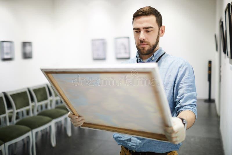 Pintura de compra do homem fotografia de stock royalty free