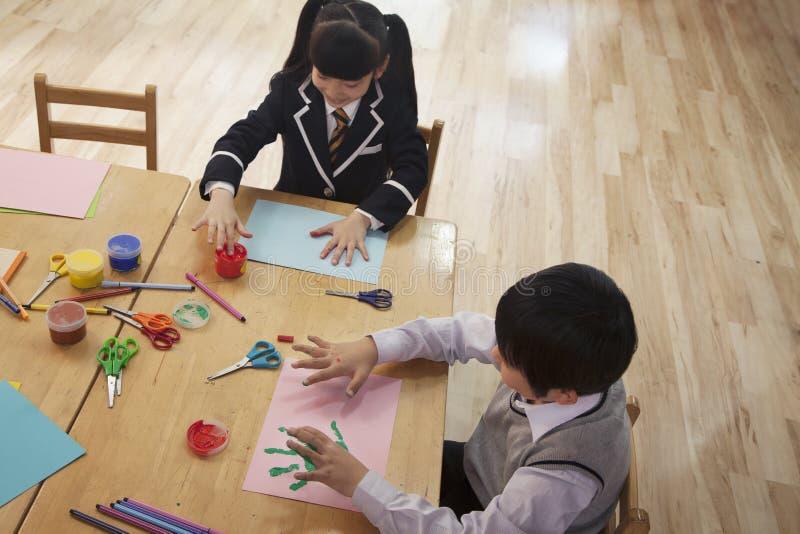 Pintura de dedo dos alunos na classe de arte, Pequim imagem de stock