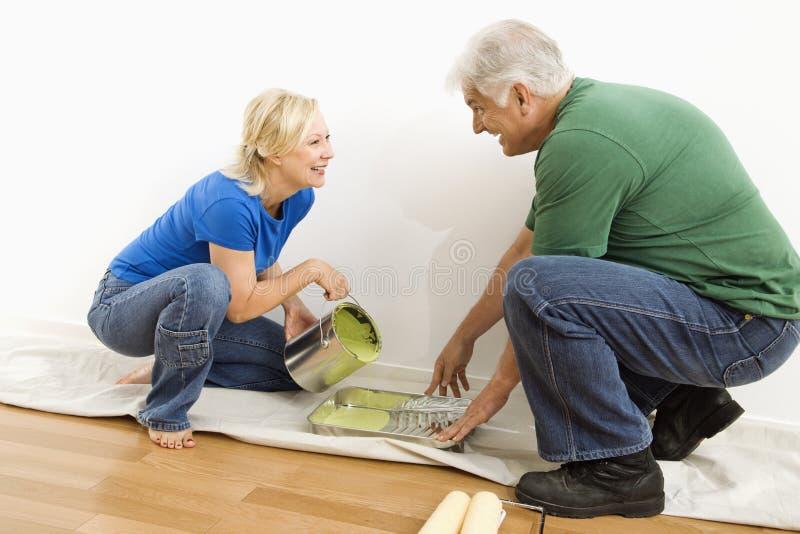 Pintura de derramamento do homem e da mulher. fotografia de stock royalty free