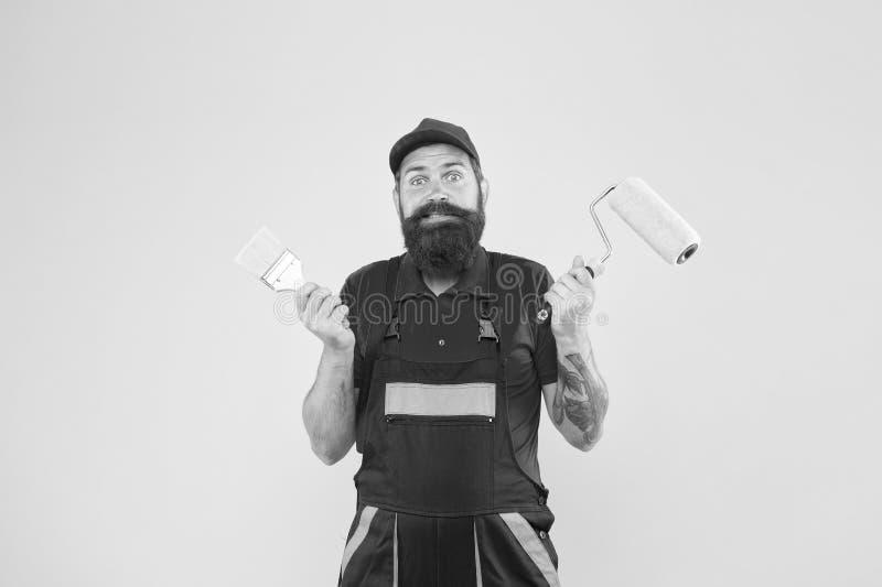 Pintura de emulsão Escolher ferramentas Ferramenta de pintura Pintor rolo de pincel Pintura trabalheira com barba Reparação e ren fotografia de stock royalty free