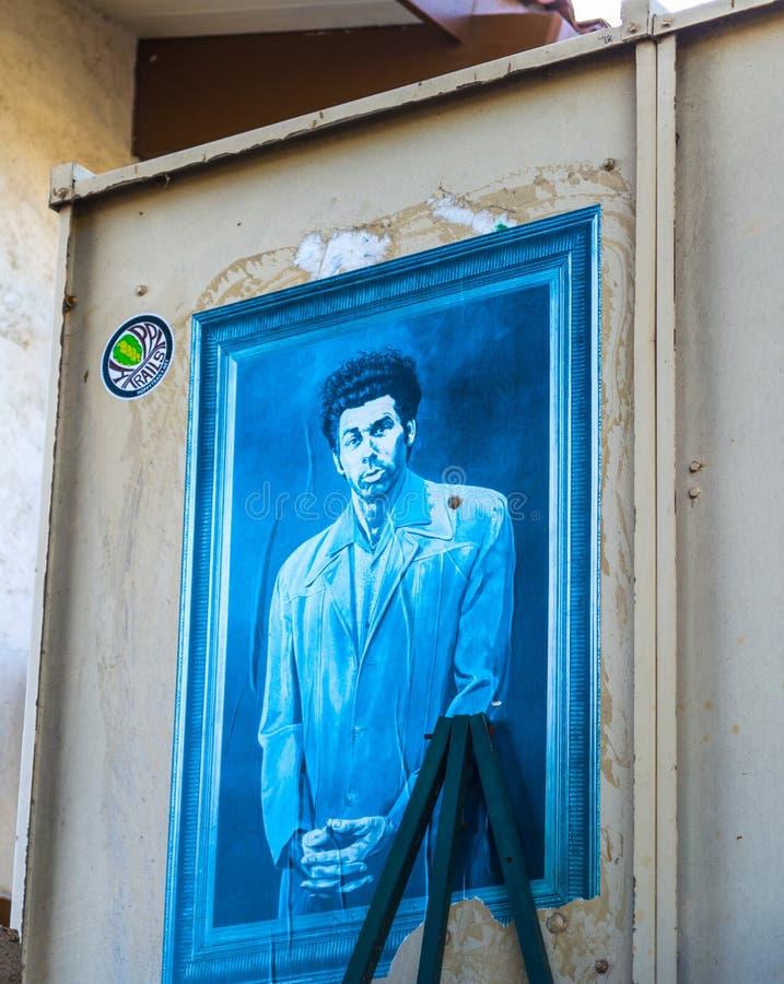 Pintura de Kosmo Kramer en una pared externa de la casa fotografía de archivo