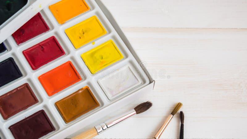 Pintura de la acuarela con los cepillos con el espacio vacío imágenes de archivo libres de regalías