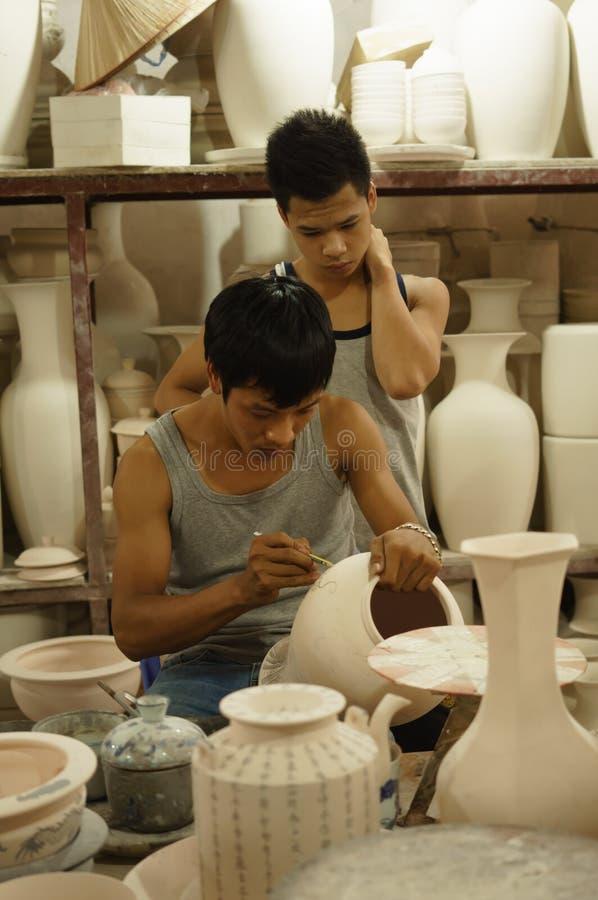 Pintura de la cerámica en el palo Trang, Vietnam fotos de archivo