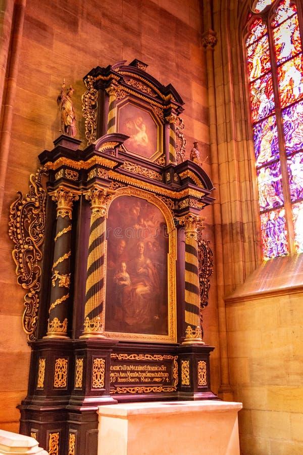 Pintura de la Virgen María dentro de la catedral del vitus del St en Praga imagen de archivo