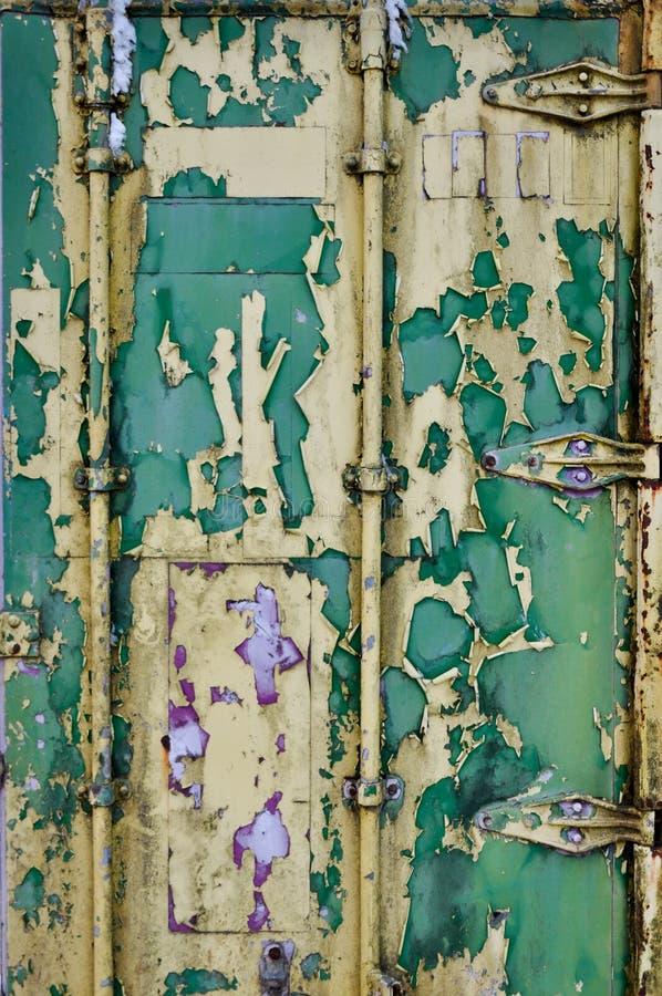 Pintura de lasca na porta de um contentor velho imagens de stock royalty free