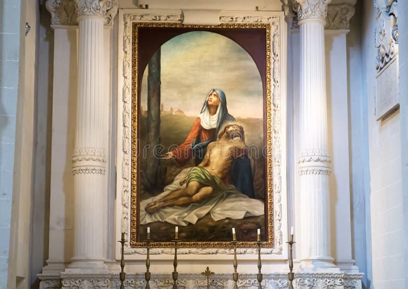 Pintura de Madonna que está de luto a Jesús crucificado sobre uno de los altares, di Santa Croce de la basílica foto de archivo libre de regalías