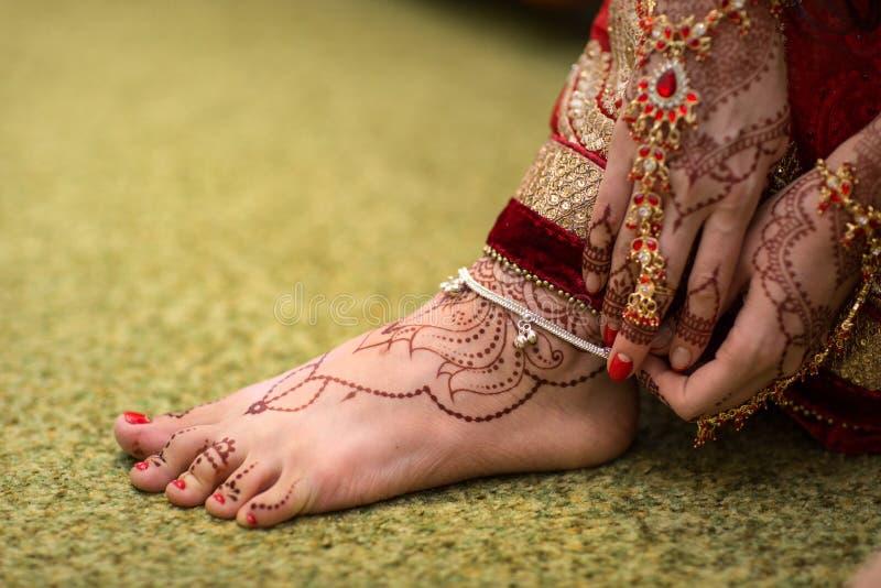 Pintura de Mehndi do indiano nas meninas dos pés de pé fotos de stock