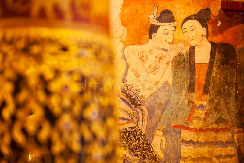 Pintura de murales antigua del hombre que susurra a la mujer, pintura mural famosa en Wat Phumin, un templo budista famoso en Nan fotografía de archivo