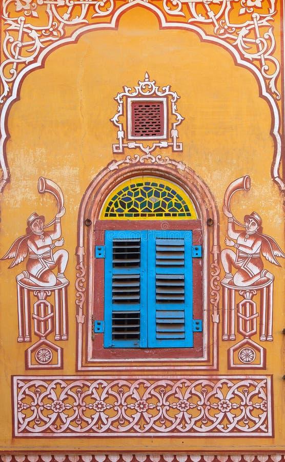 Pintura de pared en el templo de Sri Madhavbihari Tanwarjis en Jaipur, la India fotos de archivo