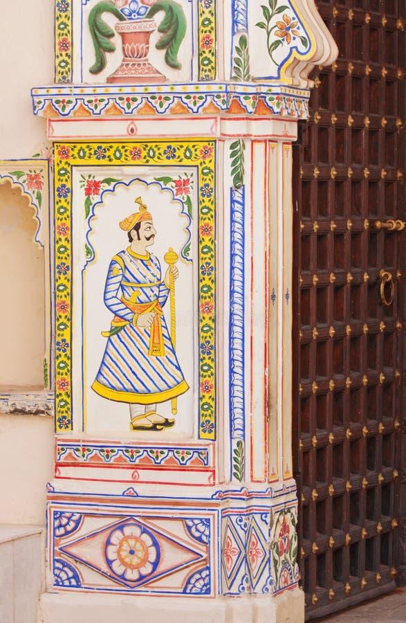 Pintura de parede em uma entrada indiana imagem de stock