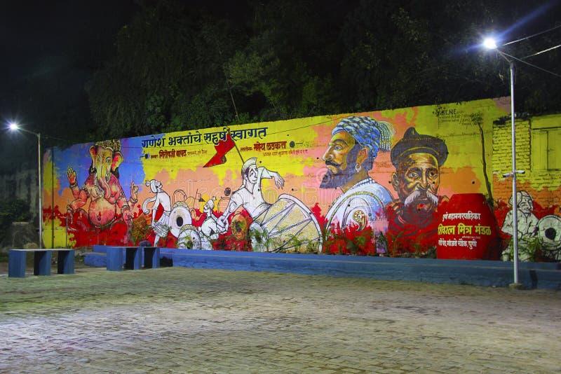 Pintura de parede enorme da rua que descreve Lord Ganesha, com os povos que comemoram o festival de Ganapti fotografia de stock royalty free