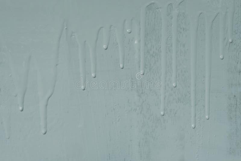 Pintura de parede de madeira por claro - pintura azul da cor de óleo com teste padrão de derramamento da textura do gotejamento foto de stock royalty free