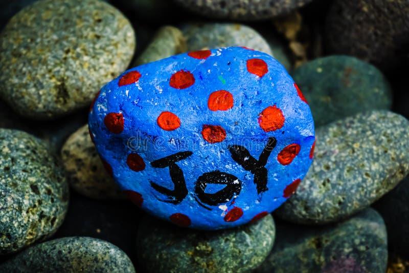 Pintura de pedra - alegria escrita nela fotos de stock