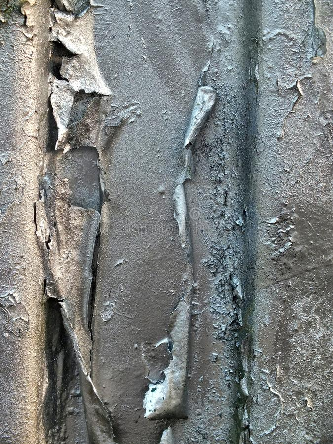 Pintura de prata da casca em uma superfície de metal de oxidação velha fotos de stock royalty free