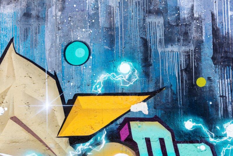 Pintura de pulverizador colorida na parede da rua fragmento dos grafittis da rua fotografia de stock royalty free