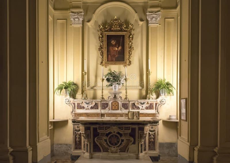 Pintura de Saint Paul con un marco adornado, sobre un pequeño altar en los Di San Paolo de Chiesa, centro histórico de Sorrento,  foto de archivo