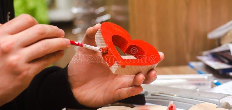 Pintura de un corazón de madera, día del ` s de la tarjeta del día de San Valentín del St imágenes de archivo libres de regalías