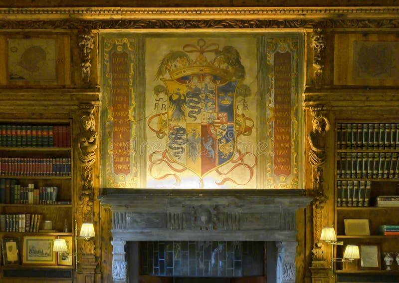Pintura de un escudo de armas en el interior de la casa de Atellani, Museo Vigna di Leonardo, Milán fotos de archivo