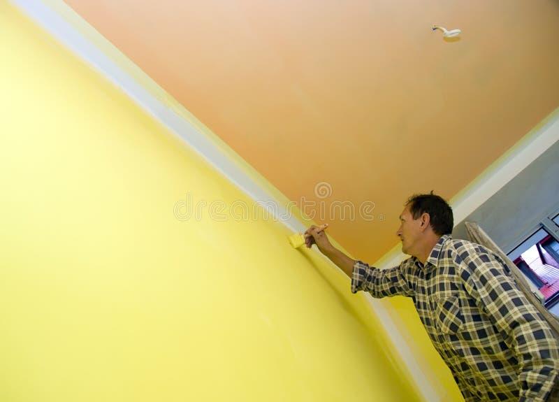 Pintura de una pared en amarillo fotos de archivo libres de regalías