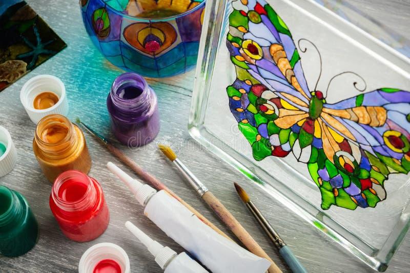 Pintura del artesano con las pinturas del vitral fotografía de archivo