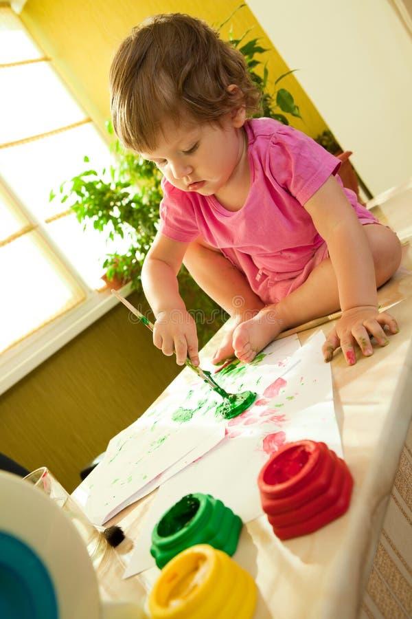 Pintura del bebé con el cepillo de pintura imágenes de archivo libres de regalías