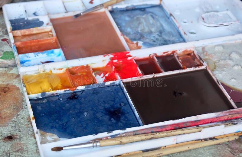 Pintura del color en Art Palette con los cepillos fotos de archivo libres de regalías