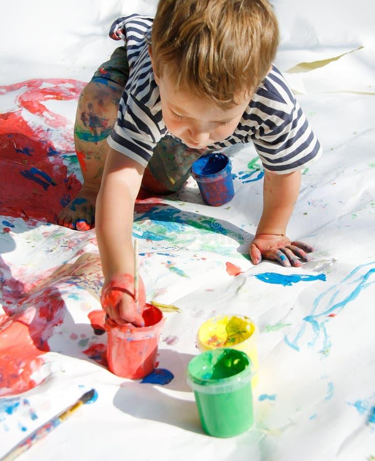 Pintura del muchacho sobre blanco fotografía de archivo libre de regalías