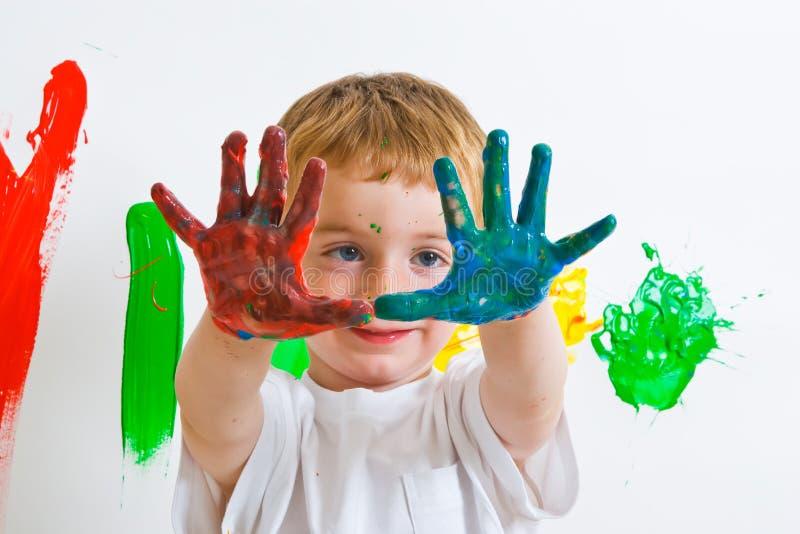 Pintura del niño con las manos sucias imagenes de archivo