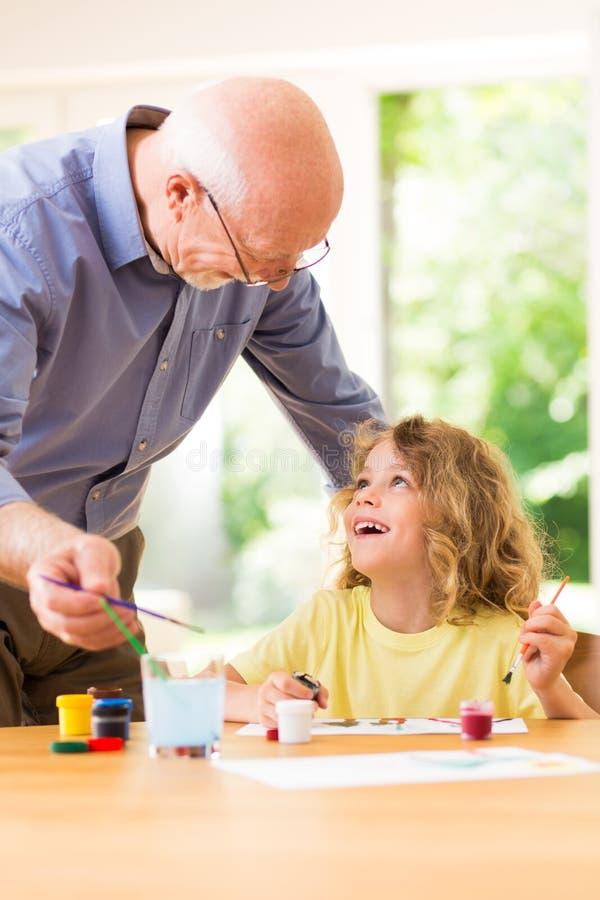 Pintura del niño con su abuelo, pasando el tiempo junto fotos de archivo