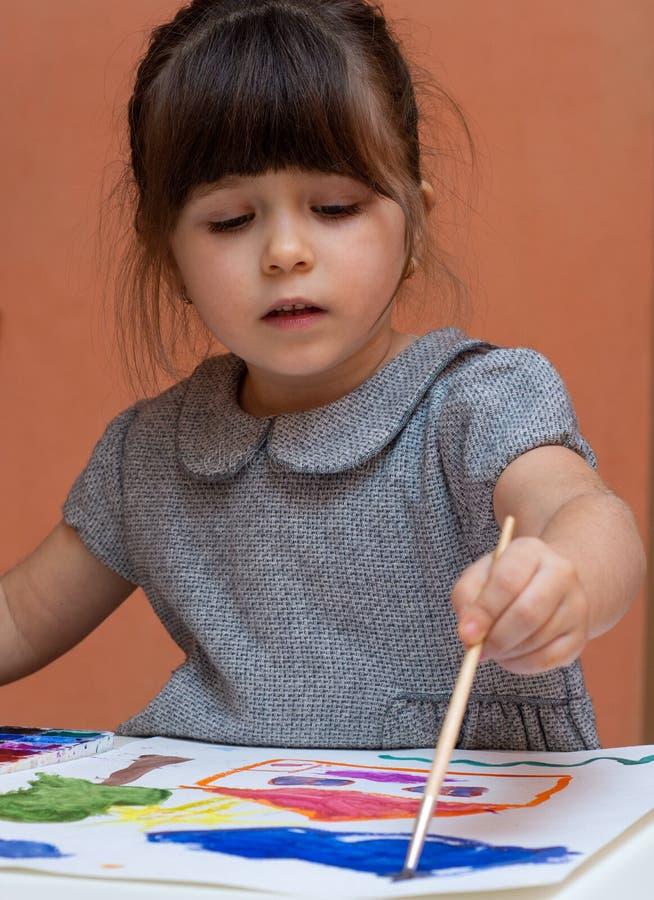 Pintura del niño en la tabla dentro fotos de archivo libres de regalías