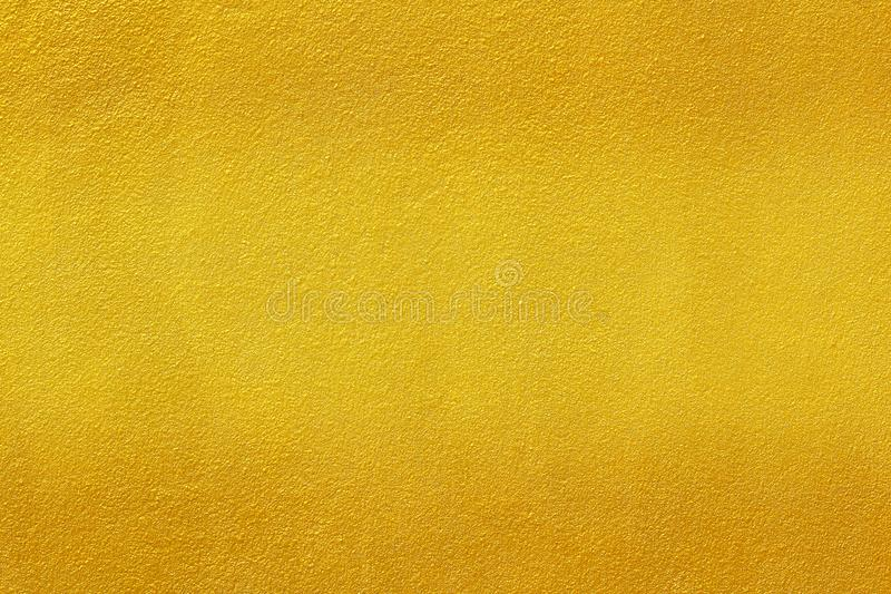 Pintura del oro en fondo áspero de la textura de la pared del cemento imágenes de archivo libres de regalías