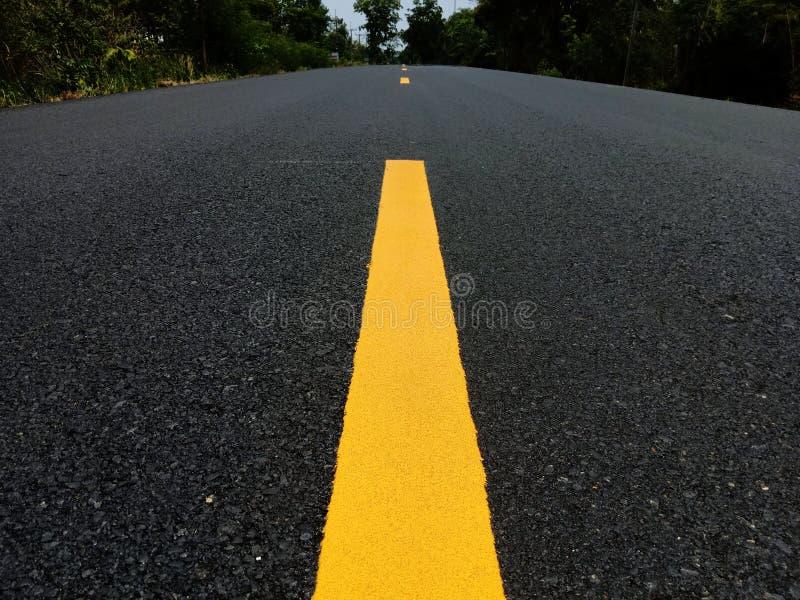 Pintura del tr?fico por carretera amarilla en la superficie del asfalto imágenes de archivo libres de regalías
