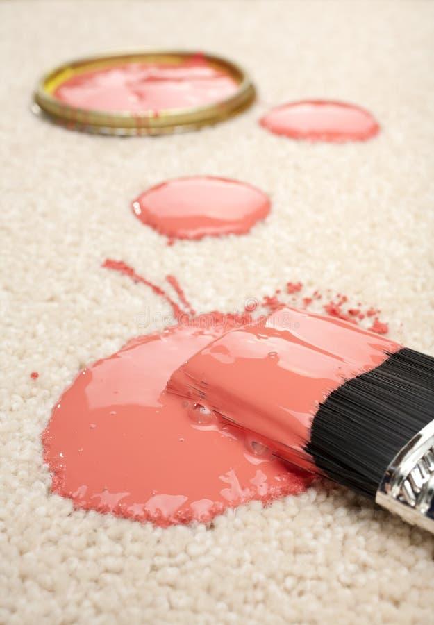 Pintura derramada en accidente de la demanda de seguro de la alfombra fotos de archivo