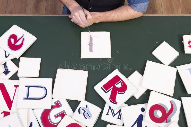 A pintura do artista colore letras escritas à mão calligraphy Vagabundos da mesa imagens de stock royalty free