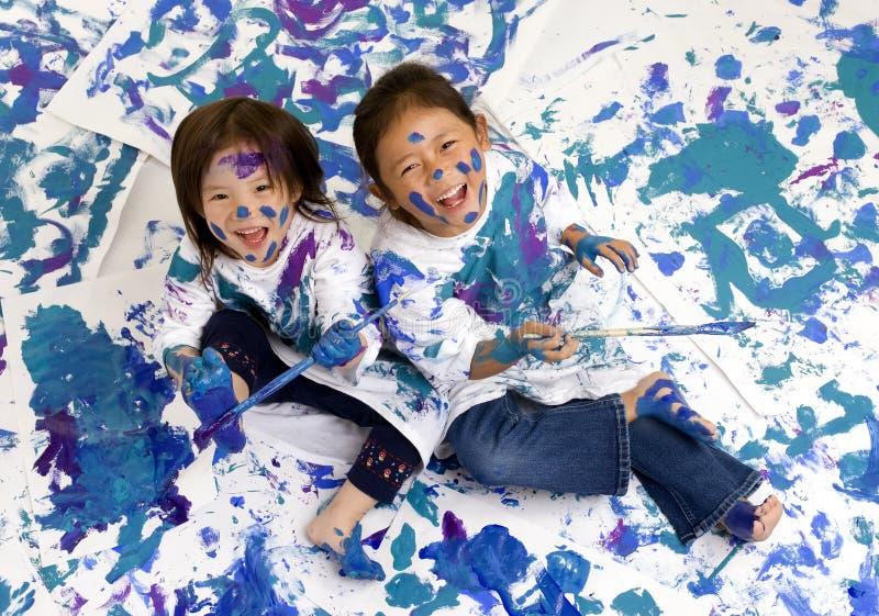 Pintura do assoalho das meninas da infância fotos de stock