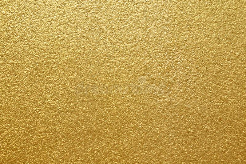 Pintura do ouro no fundo da textura do muro de cimento fotos de stock