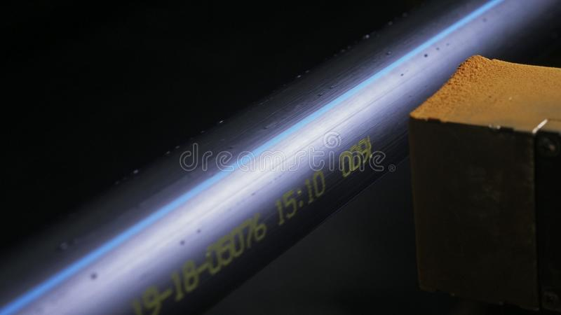 Pintura do pó da gravura da máquina da marcação do laser Fabricação de fábrica plástica das tubulações de água Processo de fazer  imagem de stock royalty free