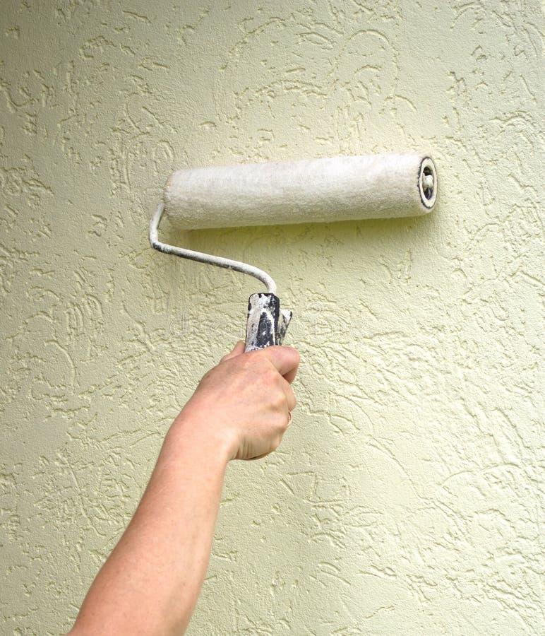 Pintura do rolo na parede foto de stock