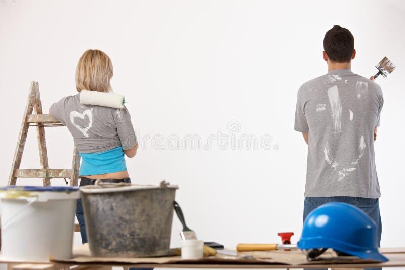 Pintura dos pares em casa imagem de stock royalty free