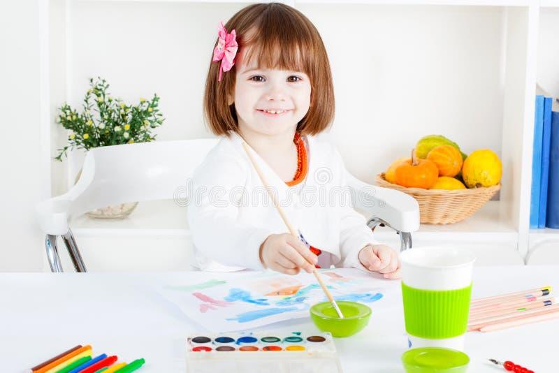Pintura e sorriso da menina fotografia de stock