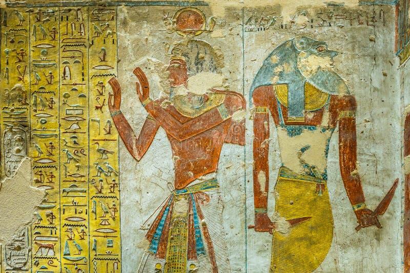 Pintura egipcia antigua de dos dioses en una tumba en el valle de foto de archivo