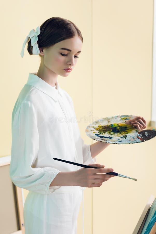 pintura elegante do adolescente com escova imagem de stock royalty free