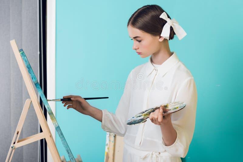 pintura elegante do artista da juventude na armação com escova e paleta imagem de stock